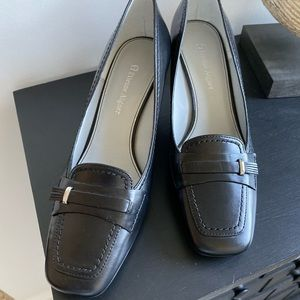 Etienne Aigner black pump with silver hardware
